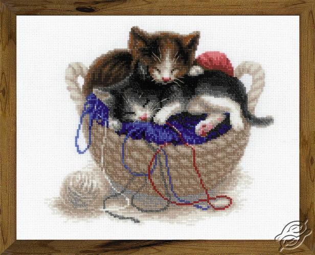 Kittens In A Basket by RIOLIS - 1724